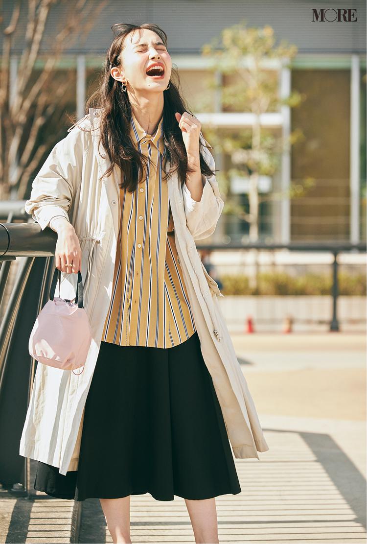 ストライプシャツ×フレアスカートコーデの井桁弘恵