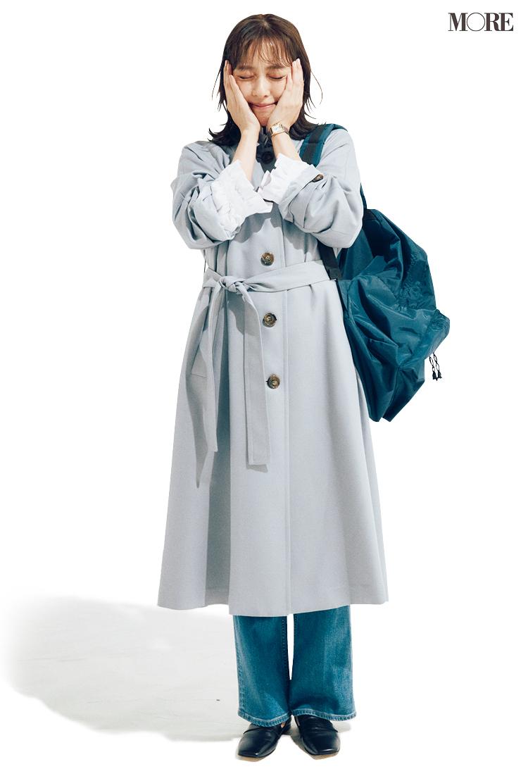 ステンカラーコートとデニムを着た内田理央