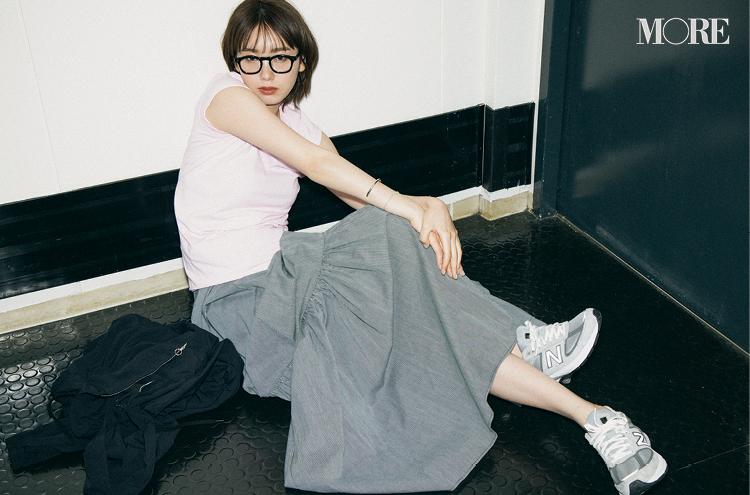 ピンクのコンパクトTシャツをスカートとニューバランスと合わせる