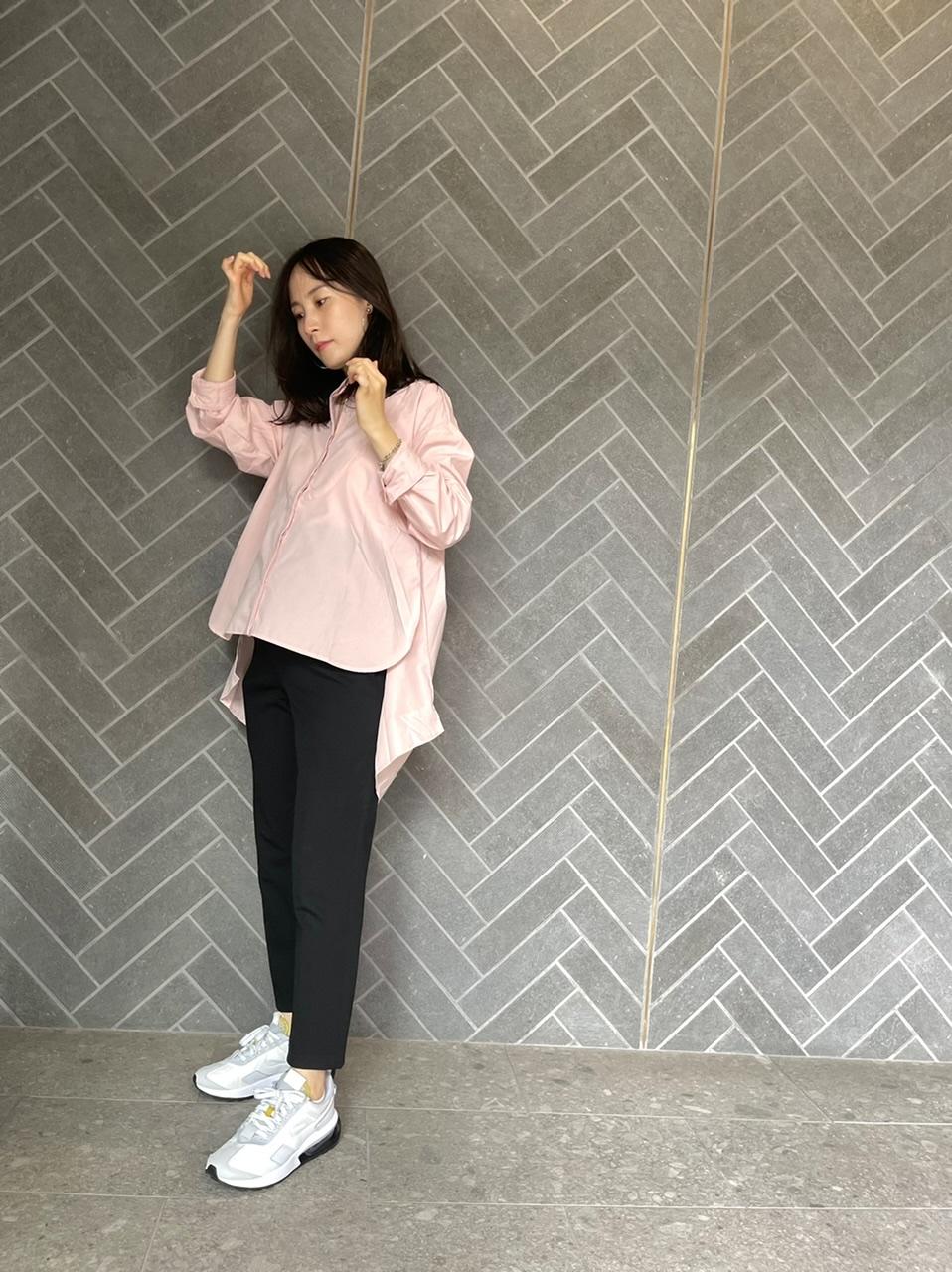 ピンクのシャツとユニクロのパンツ、ナイキのスニーカーのコーデ