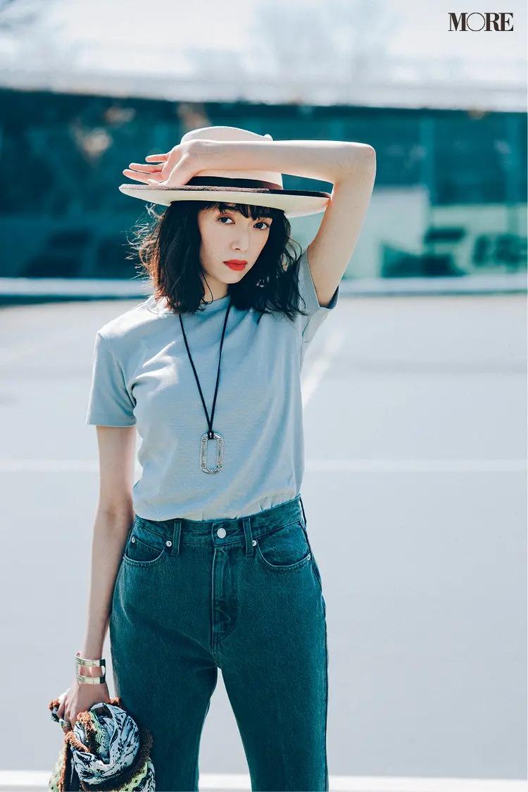 【レディースTシャツコーデ】グレーTシャツ×デニムパンツのコーデ