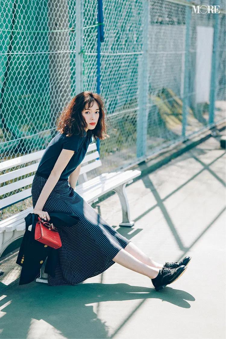 【レディースTシャツコーデ】ネイビーTシャツ×ドット柄スカートのコーデ