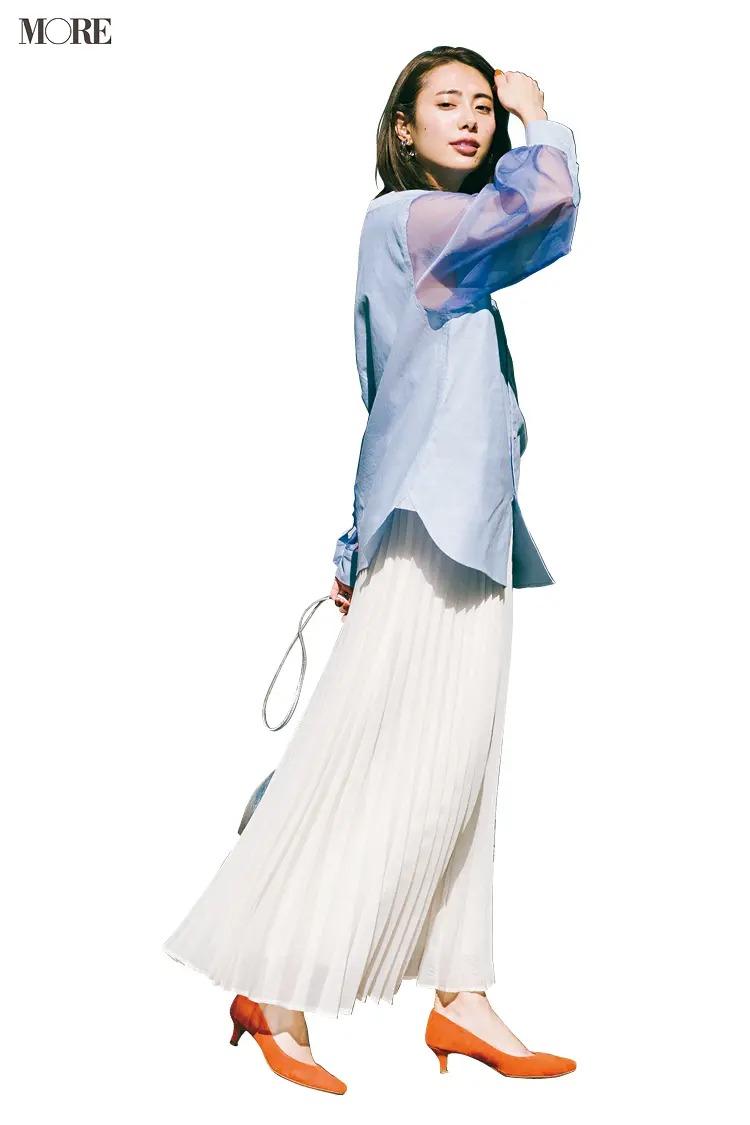 【おしゃれなレディースシャツコーデ】シアーな袖やさし色パンプスで遊べるのもシンプルなワンツーだからこそ!