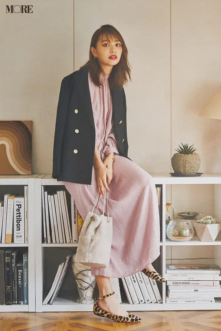 【ジャケットコーデ】ピンクワンピース×ネイビージャケット
