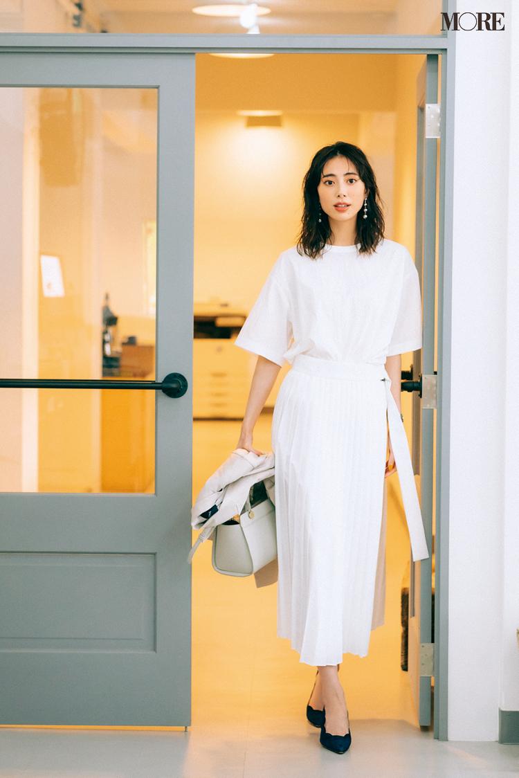 きれいな白いTシャツを白いプリーツスカートとワントーンで