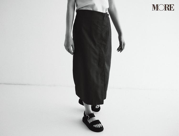 タイトスカートをはいた足もと
