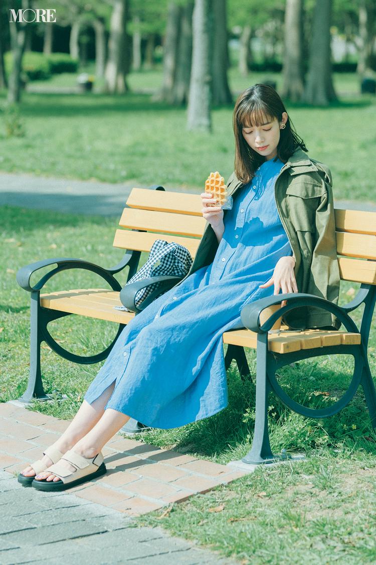 ブルーのワンピースを着てミリタリージャケットをはおった佐藤栞里