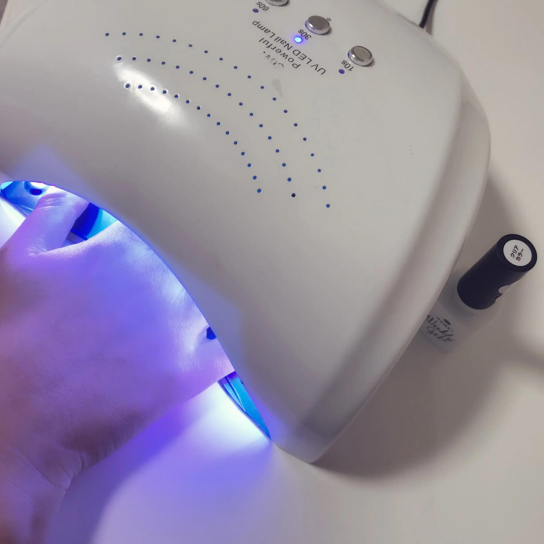 LED機器に指を入れている様子
