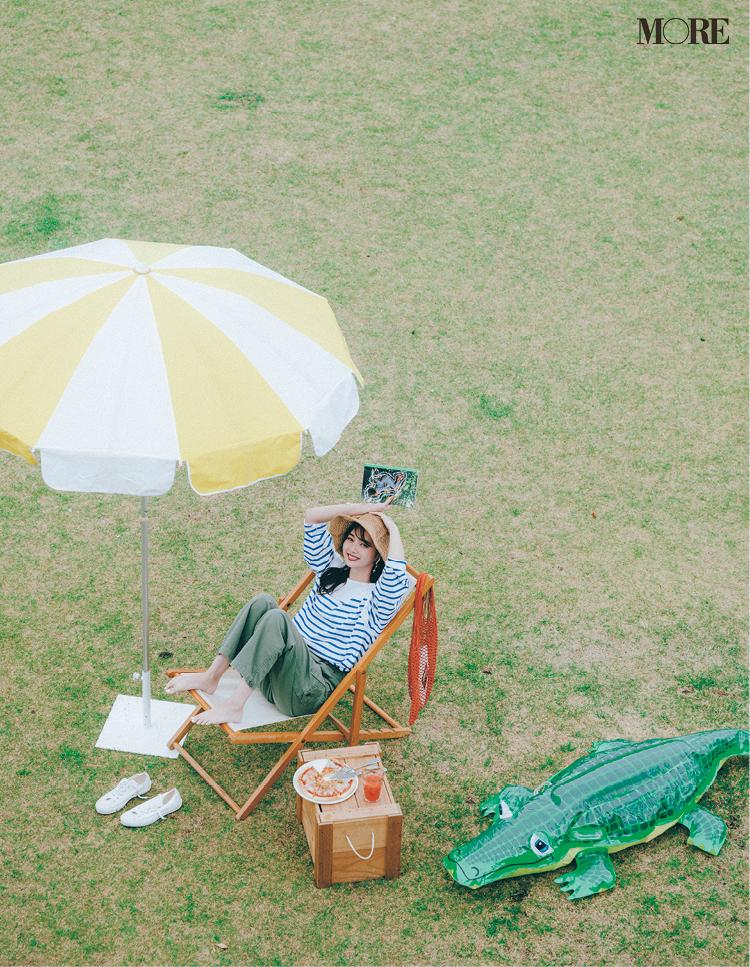 ボーダートップス×カーゴパンツに帽子を被ったコーデの新川優愛