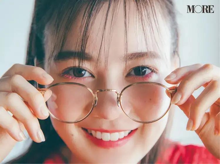 メガネをに手を添える生田絵梨花