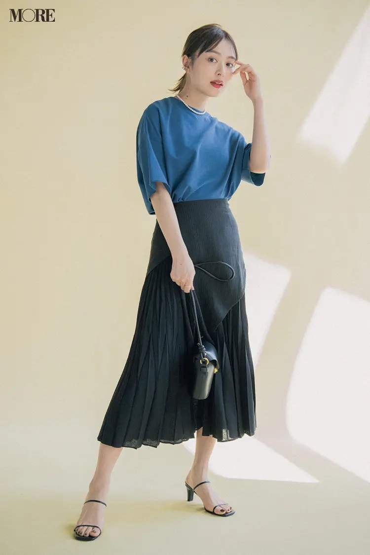 ブルーTシャツ×黒プリーツスカートコーデの内田理央