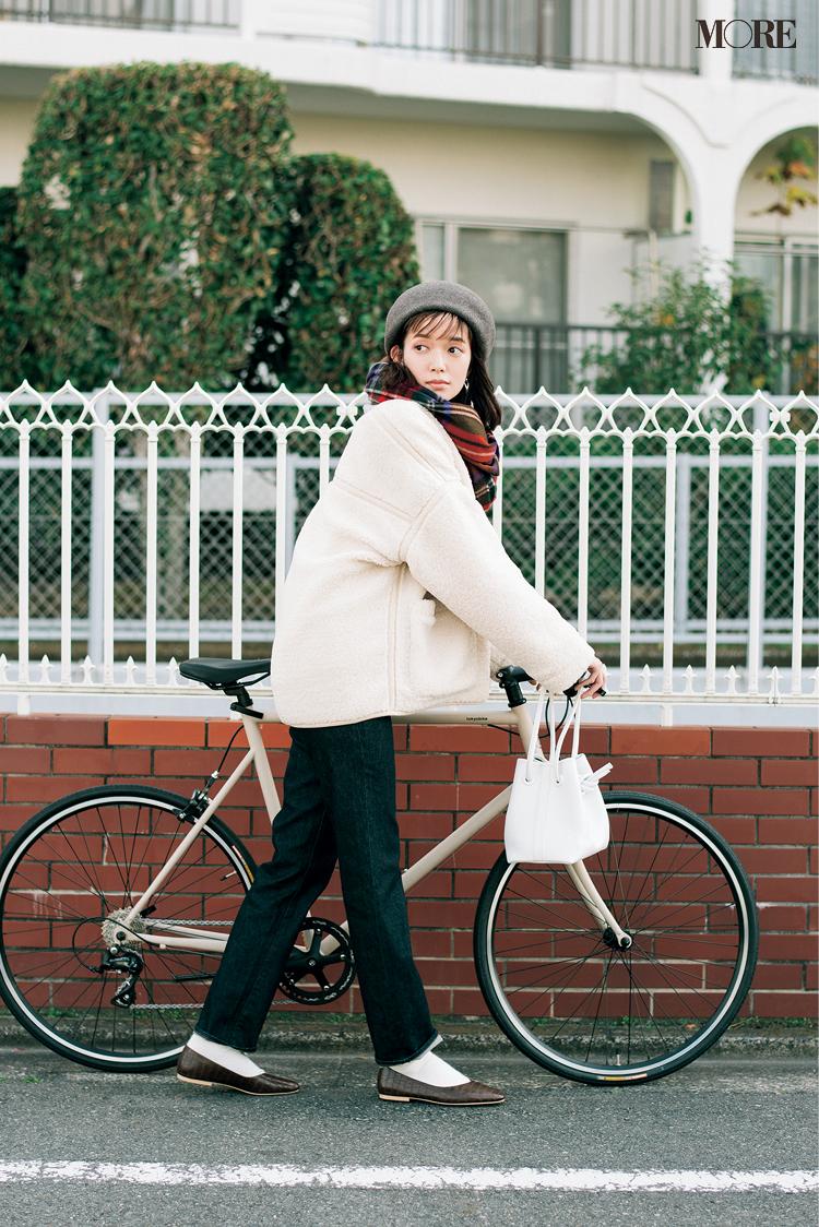 ユニクロのデニムをはいて自転車を押す佐藤栞里