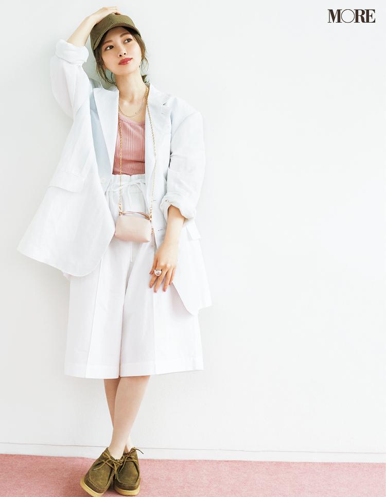 白いセットアップを着た白石麻衣のインタビュー
