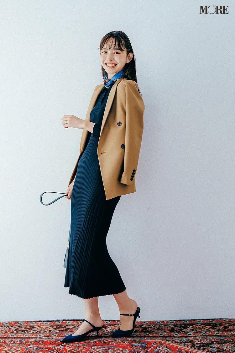 【ニットワンピースコーデ】ネイビーのワンピにスカーフ&ジャケットでオンモードに