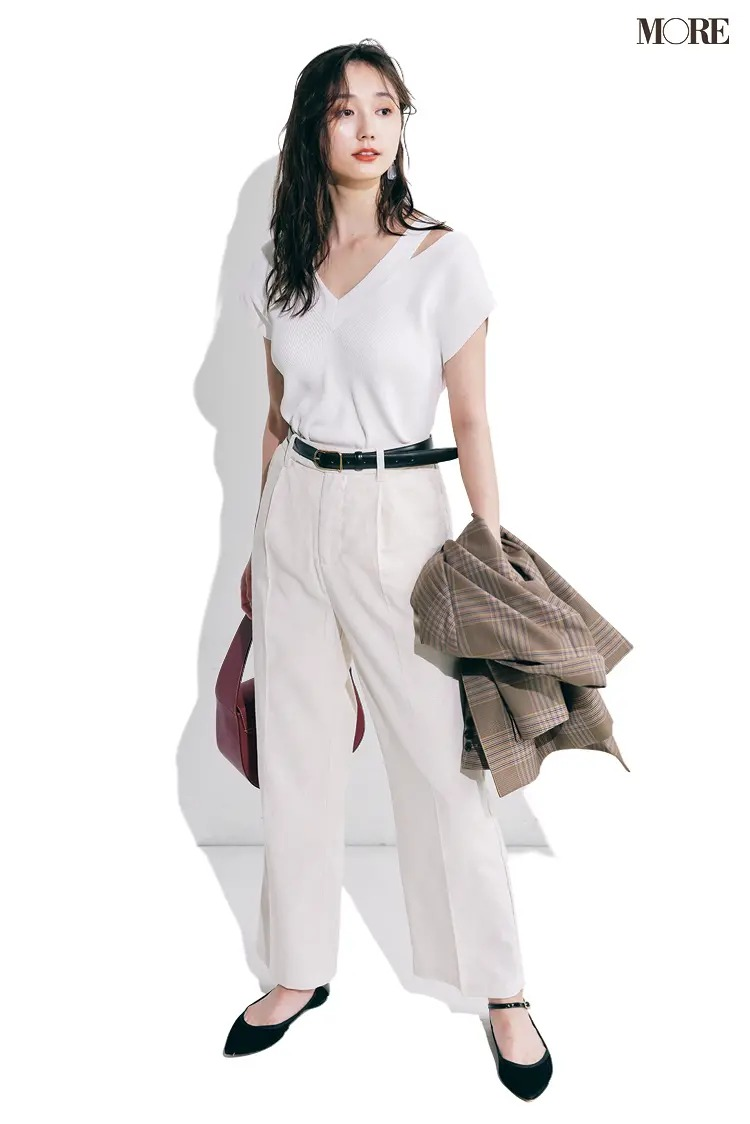 【夏の白パンツコーデ】クリーンな白をジャマしない、黒のポイント使いでカッコよく引き締めて