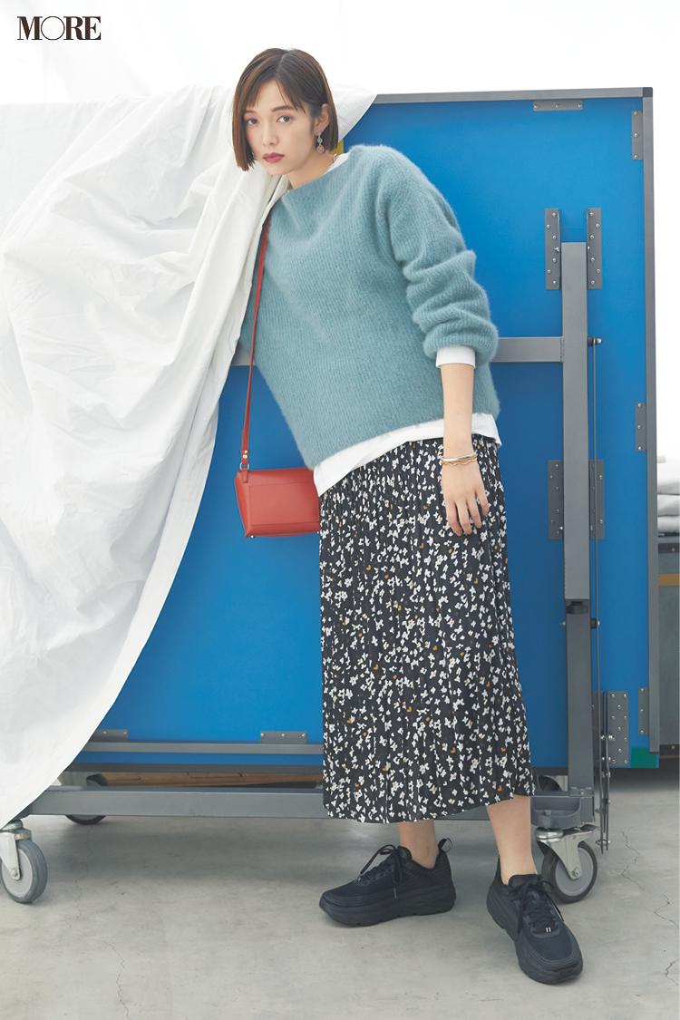 【今日のコーデ】<佐藤栞里>花柄スカートとくすみパステルニットをカジュアルに着こなしてハッピーな金夜に♪_1