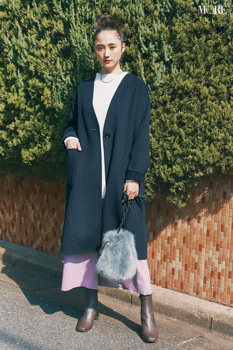 ノーカラーコートにファーバッグを持った鈴木友菜