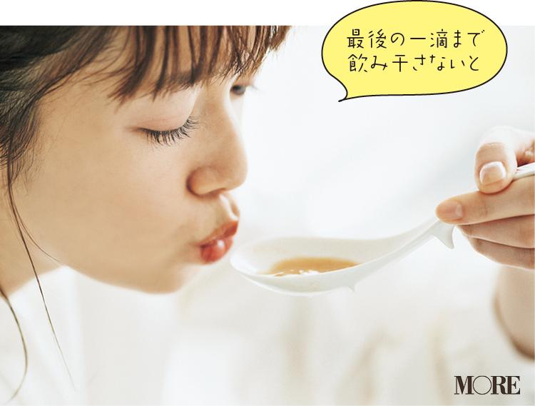 佐藤栞里が、茨城県のおすすめお取り寄せグルメ「あんこうの宿 まるみつ旅館」のあん肝ラーメンを食べている様子