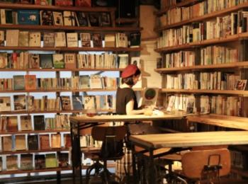 【飲食OK、おしゃべりOK、夜も開館】渋谷の穴場図書室