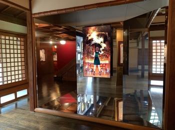 京都で『シャネル』の「MIROIRS-Manga meets CHANEL / Collaboration with 白井カイウ&出水ぽすか」が開催中