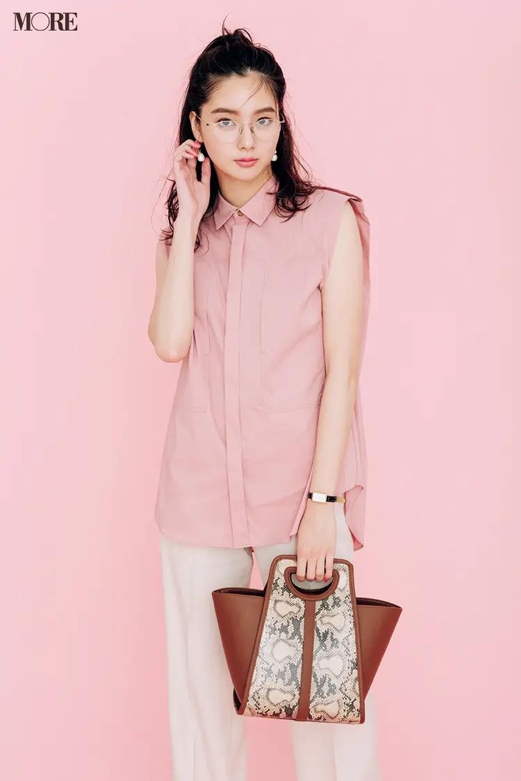 ピンクのノースリーブシャツ×白パンツコーデでメガネをかけた新川優愛