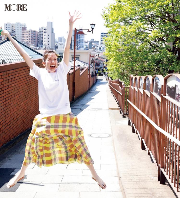MORE7月号佐藤栞里のオフショット。坂道で両手をあげながら大の字ジャンプをしている様子