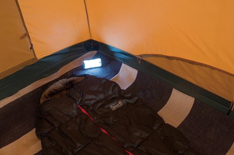 『コールマン』スタッフがおすすめする、秋のキャンプグッズ「2マルチパネルランタン」をテント内で使っている様子