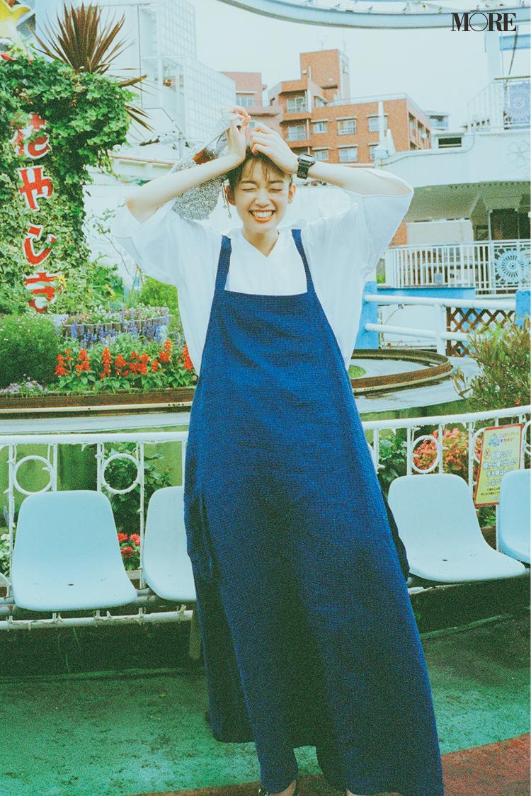 青いワンピースを着た佐藤栞里