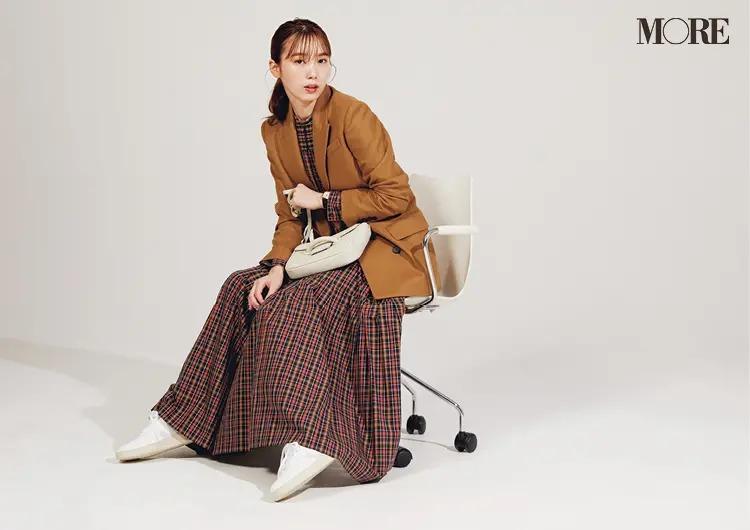 【秋オフィスカジュアル】きれいめ白レザースニーカーとなら、柄ワンピだってお仕事仕様に