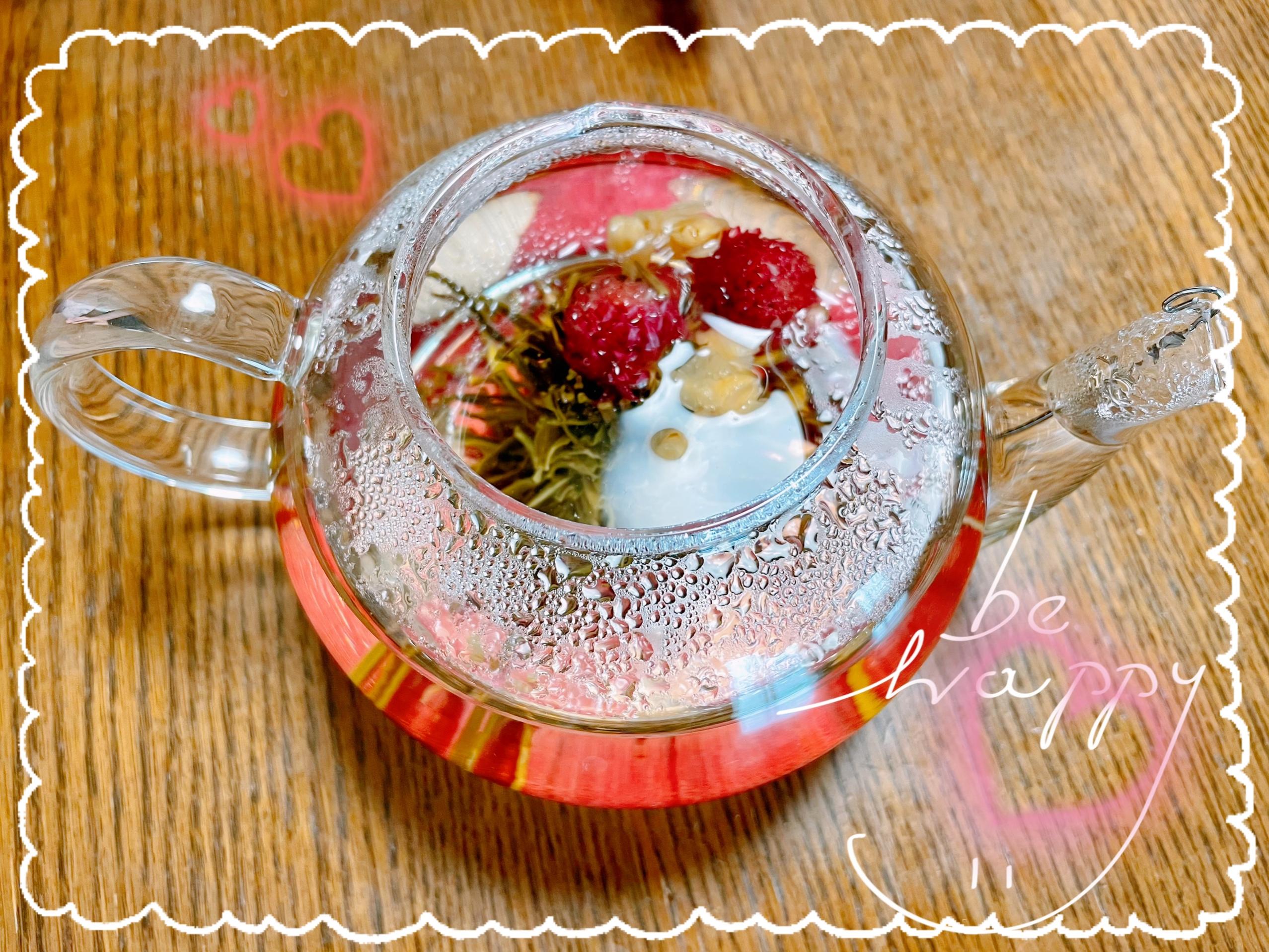 工芸茶にお湯を注いだ写真。ポットの中で花が広がっている