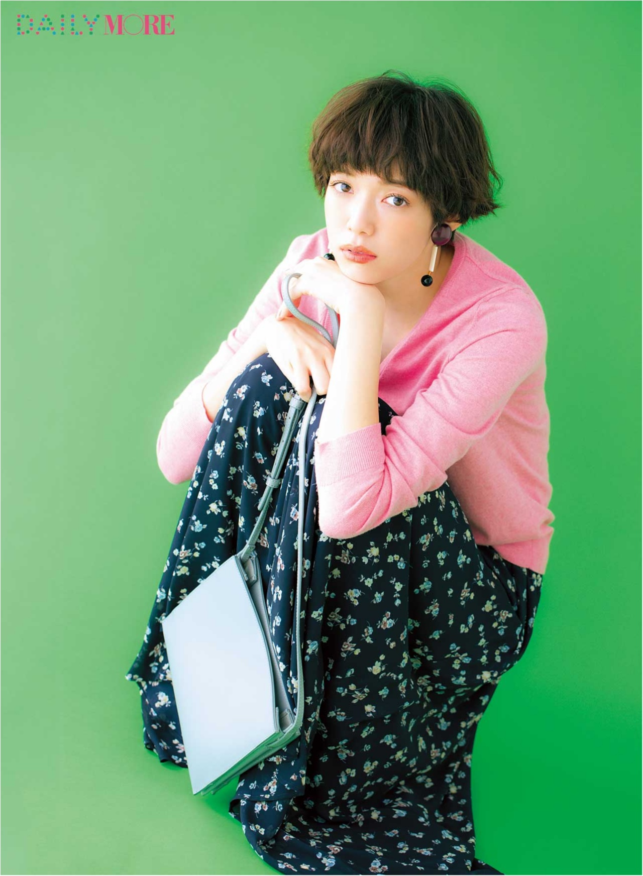 【2017年春のおすすめ『ユニクロ』コーデ4】 ピンク色のニットに花柄スカートをあわせて、大人のロマンチックが堪能できるコーデ