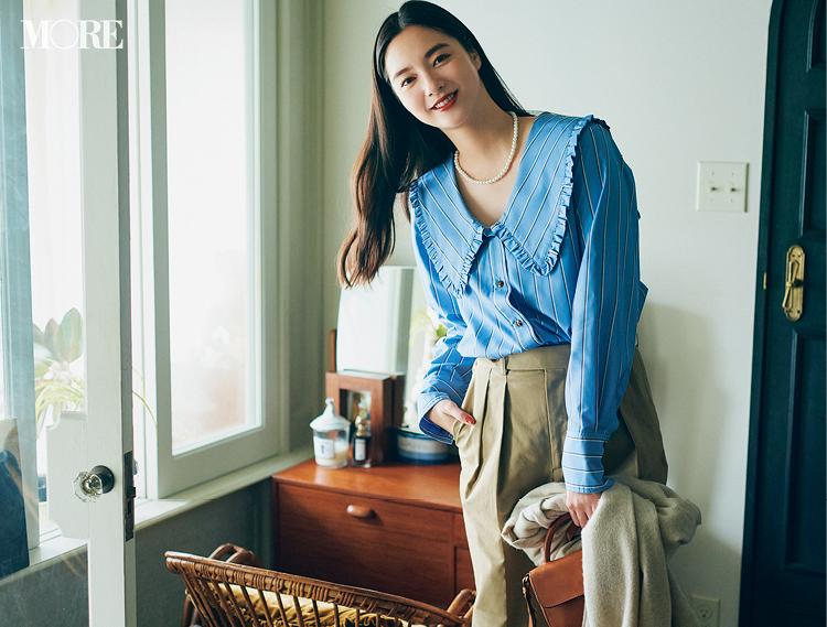 ブルーのストライプ柄フリルシャツ×ベージュパンツコーデの新川優愛