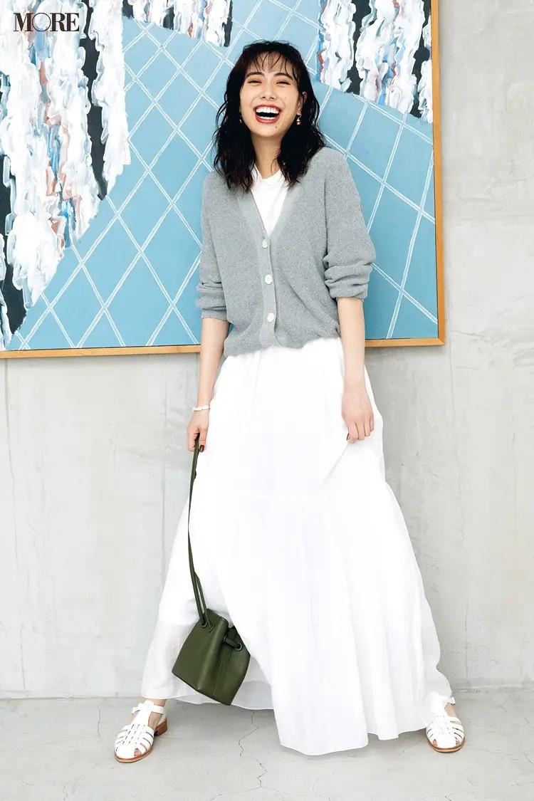 【2021秋コーデ】マキシ丈スカート×Tシャツ×カーディガン×サンダルのコーデ