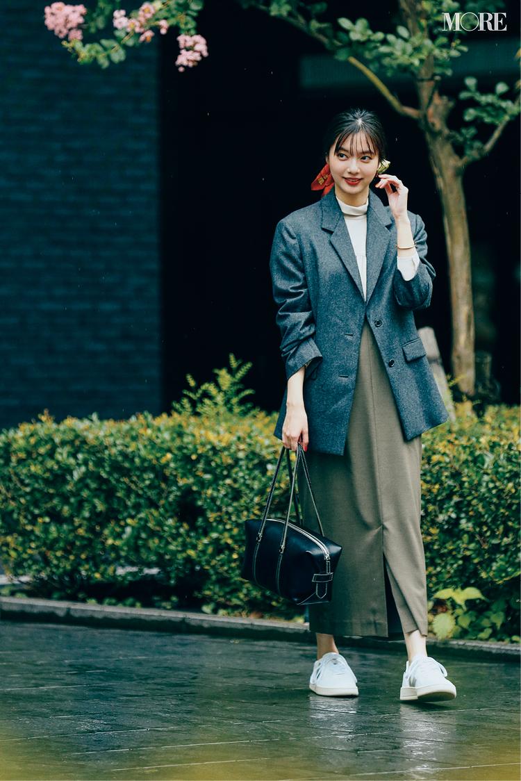 大きめボックスシルエットのジャケットをはおった新川優愛