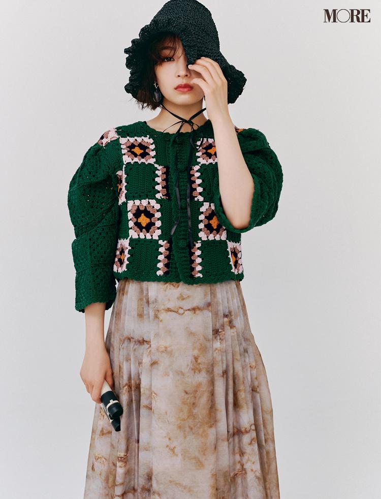 帽子とニットカーディガンとスカートを着た広瀬すず