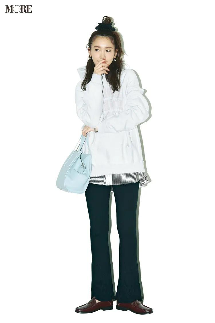 【2020-2021冬コーデ】白パーカー×ストライプシャツ×黒パンツ×ローファー