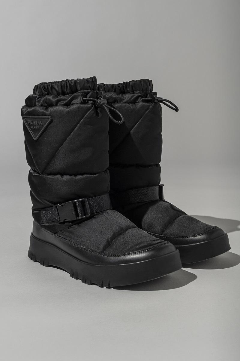 プラダの黒いブーツ。六本木のポップアップで購入できる