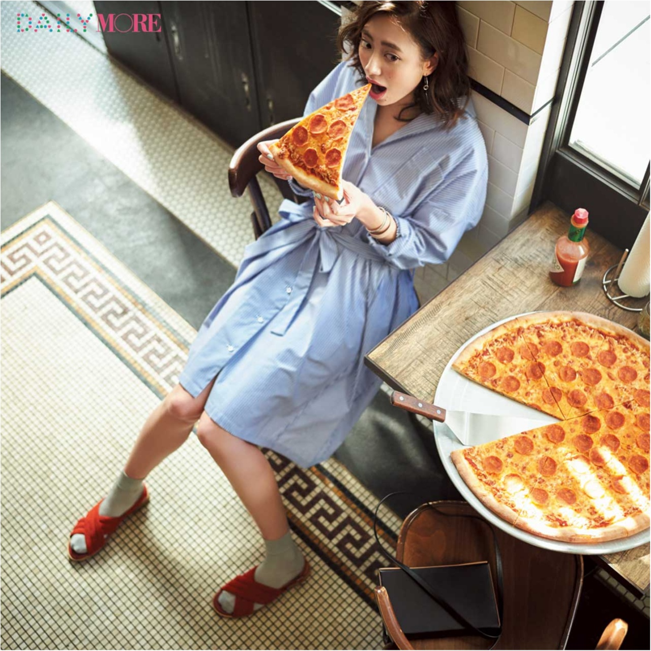 【今日のコーデ/土屋巴瑞季】シャツワンピで、N.Y.スタイルのピザ食べに。 足もとにテラコッタをきかせて_1