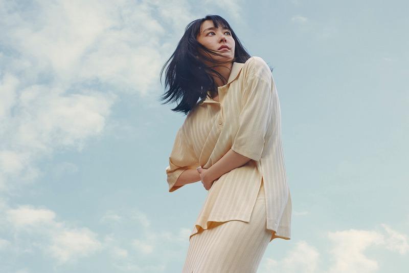 『H&M』の「LET'S CHANGE」キャンペーンコレクションのトップスとスカートを着用する新垣結衣の画像