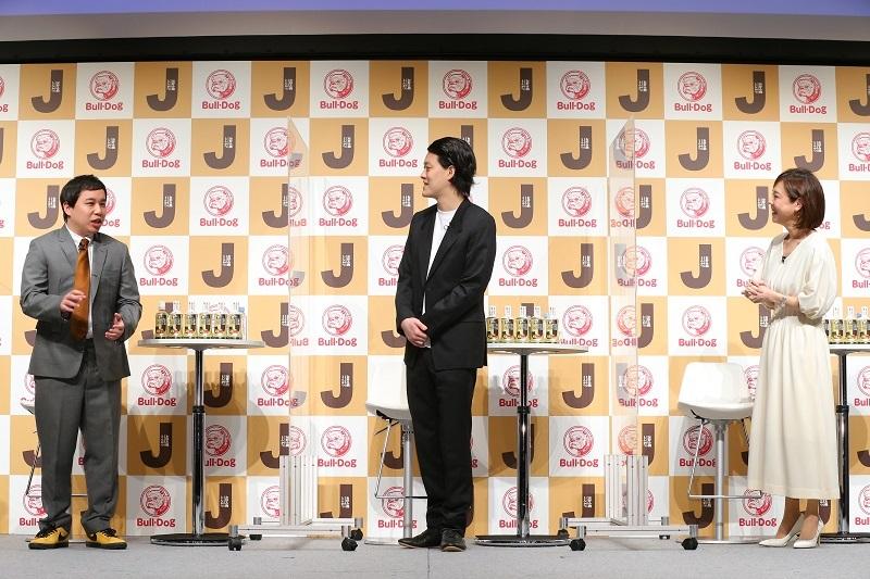 霜降り明星が、高橋真麻さんと『ブルドックソース』新商品「Jソース」発表会でトークする様子