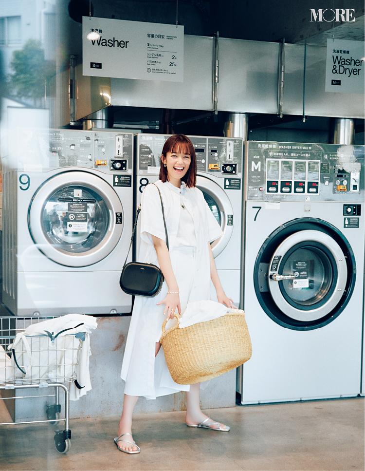 白Tシャツ×白ハーフパンツに白シャツワンピを羽織った佐藤栞里