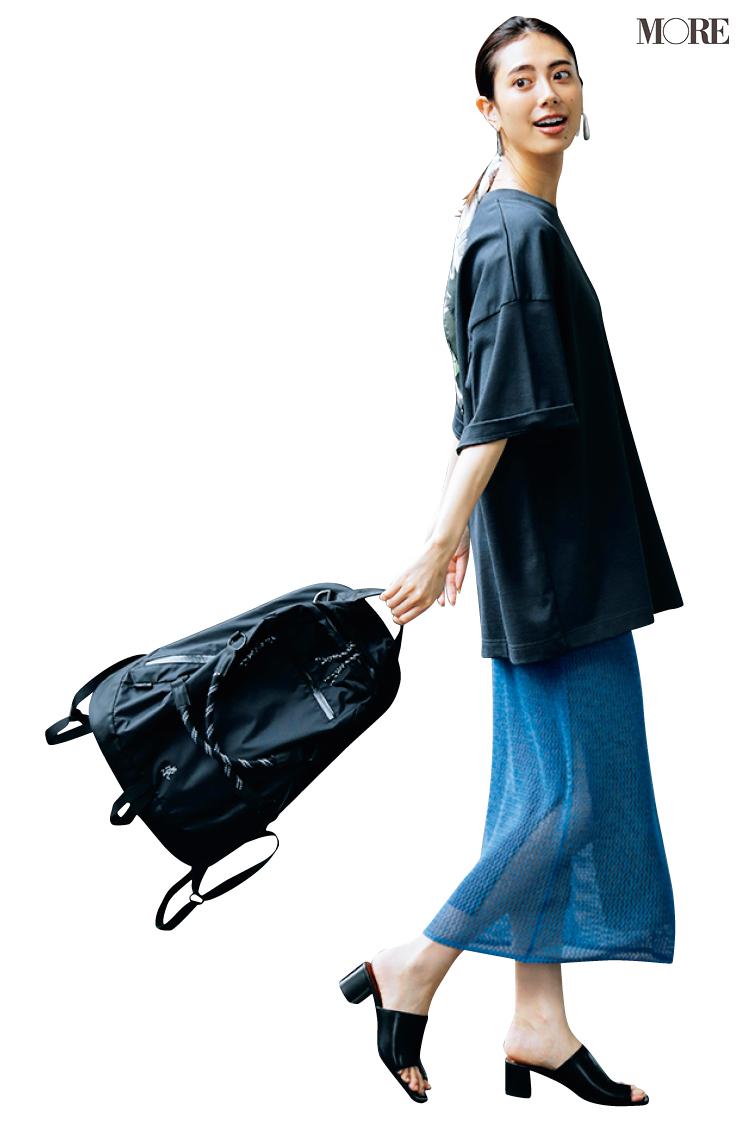 黒Tシャツ×青スカートのオフスタイルに黒リュックを持った土屋巴瑞季