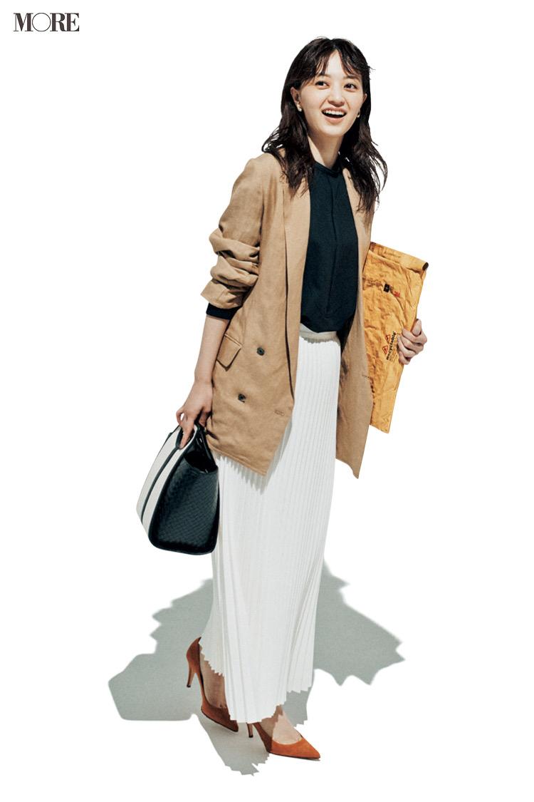 ベージュのジャケットと白のプリーツスカートコーデの逢沢りな