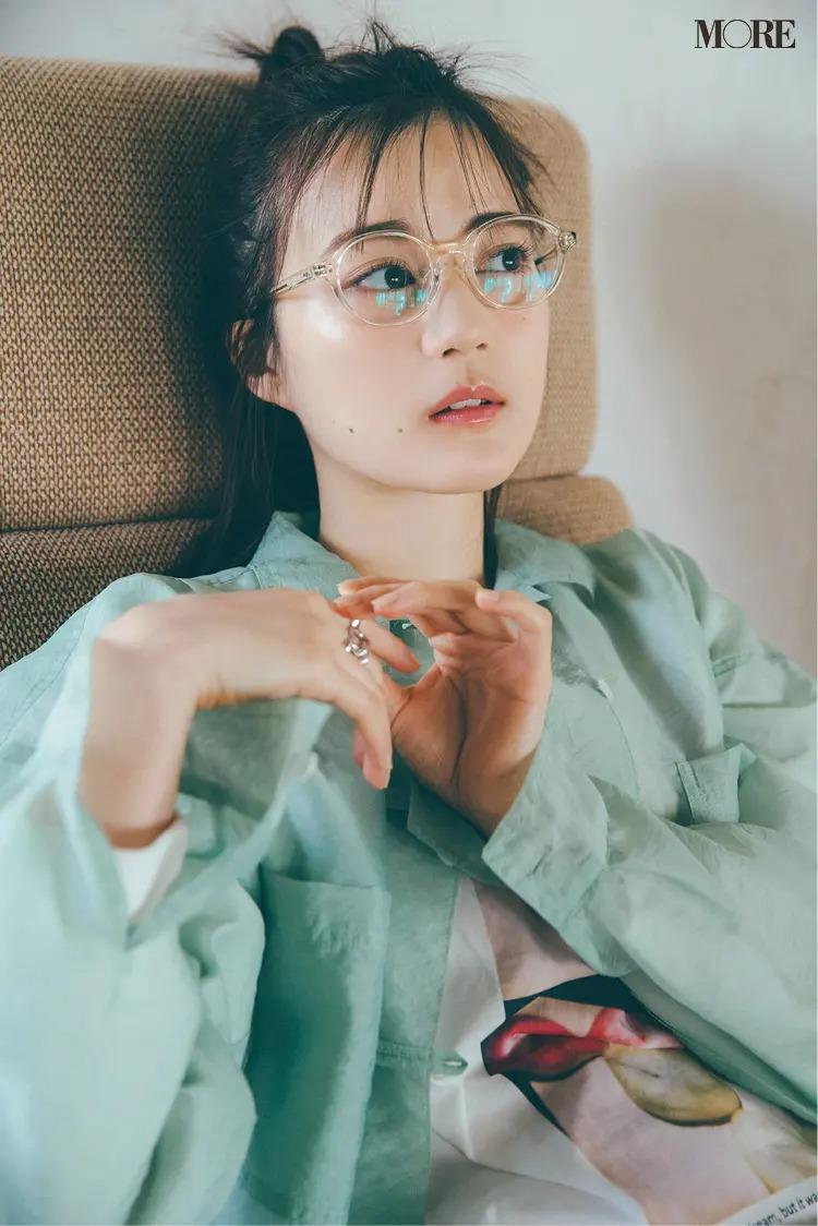 クリアフレームのメガネをかけた生田絵梨花