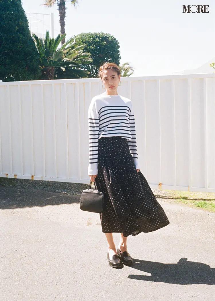 【夏のボーダーコーデ】小さなドットのフレアスカートと、きれいめに楽しむ柄×柄ミックス