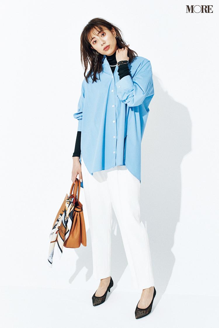 透け感のあるヒールパンプスでシャツコーデを女っぽく