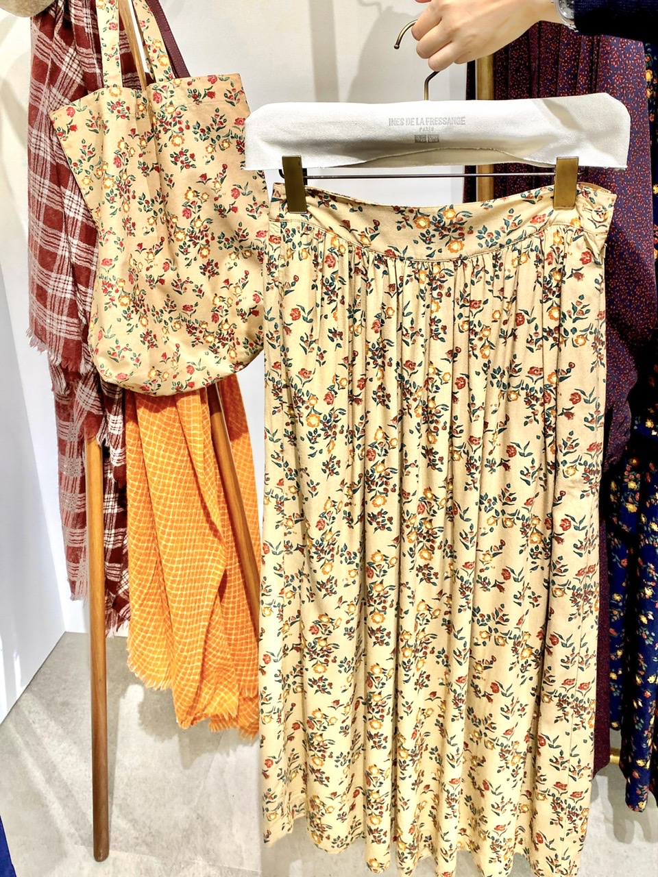 ユニクロ×イネスの花柄スカートと布トートバッグ