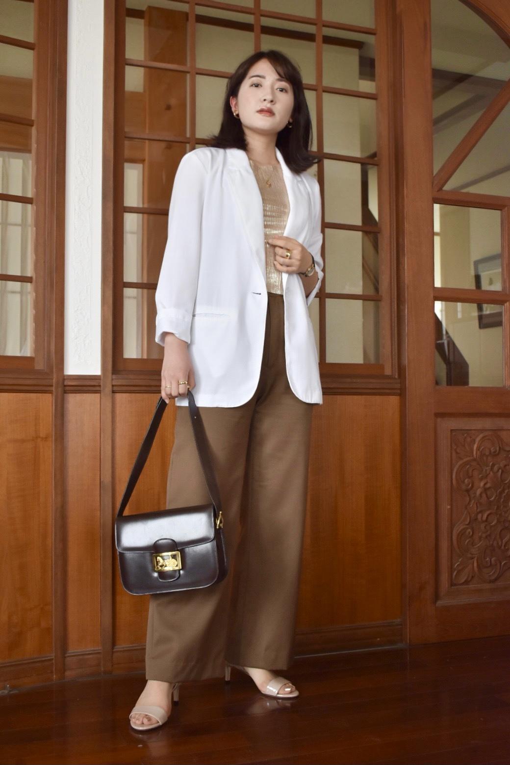 Jacket: vintage (HAIGHT&ASUBURY) Tops: vintage (HAIGHT&ASUBURY) Pants: vintage (HAIGHT&ASUBURY) Bag: vintage (Hedy) Shoes:FURLA  ゴールドが眩しいトップスにブラウンのパンツを合わせ、夏素材の涼やかなジャケットを羽織ったコーディネート。袖を捲ってこなれた雰囲気を出しました。どれもオフィスシーンにもカジュアルにも着回しやすいアイテムです。
