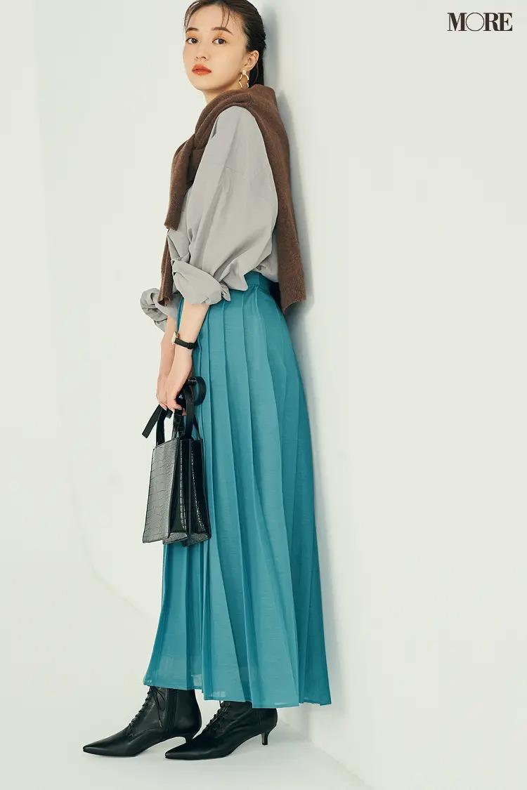 【ショートブーツコーデ】きれい色スカート×シャツの正統派コーデに黒のレースアップブーツ