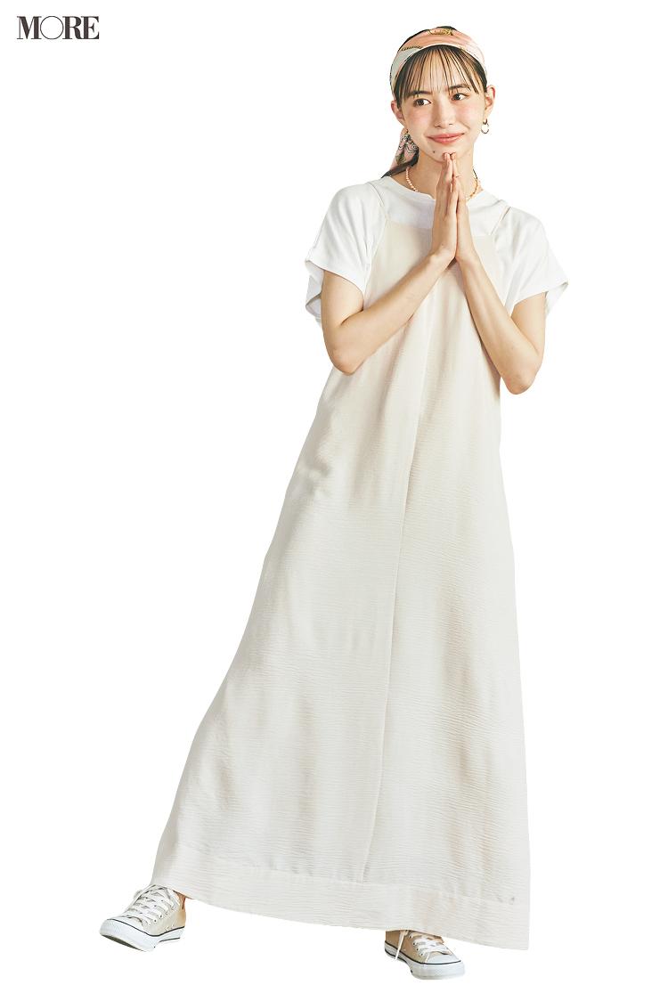 白Tシャツと白ワンピースのレイヤードで頭にスカーフを巻いた井桁弘恵